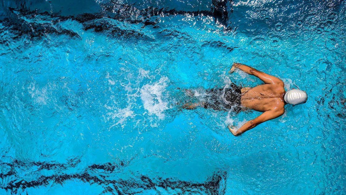Nuotatore-piscina-cuffia